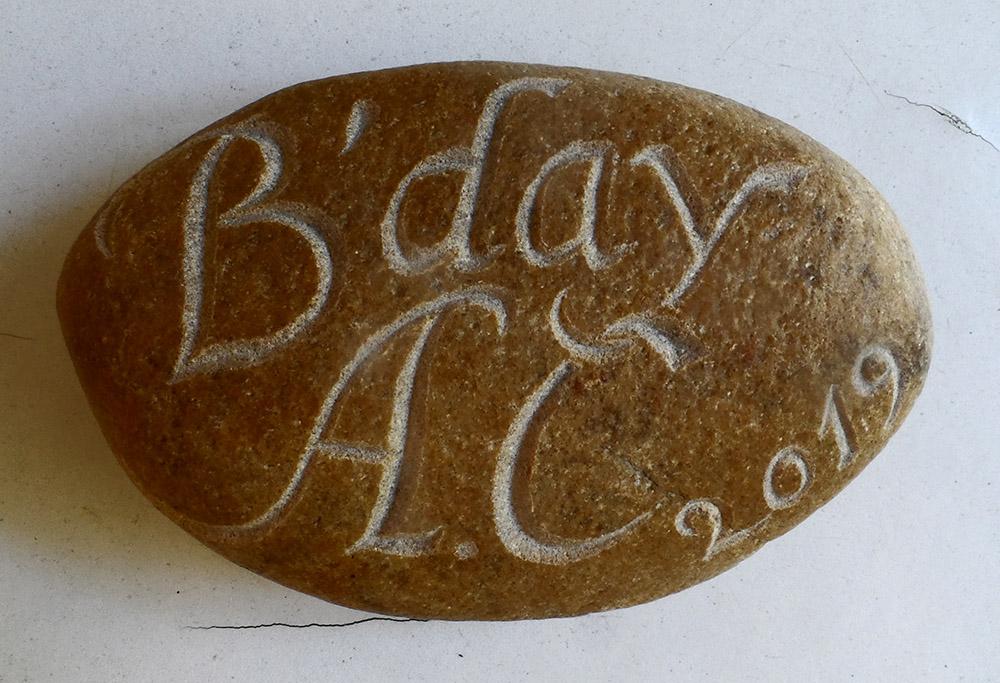 Gravure sur un galet pour un anniversaire