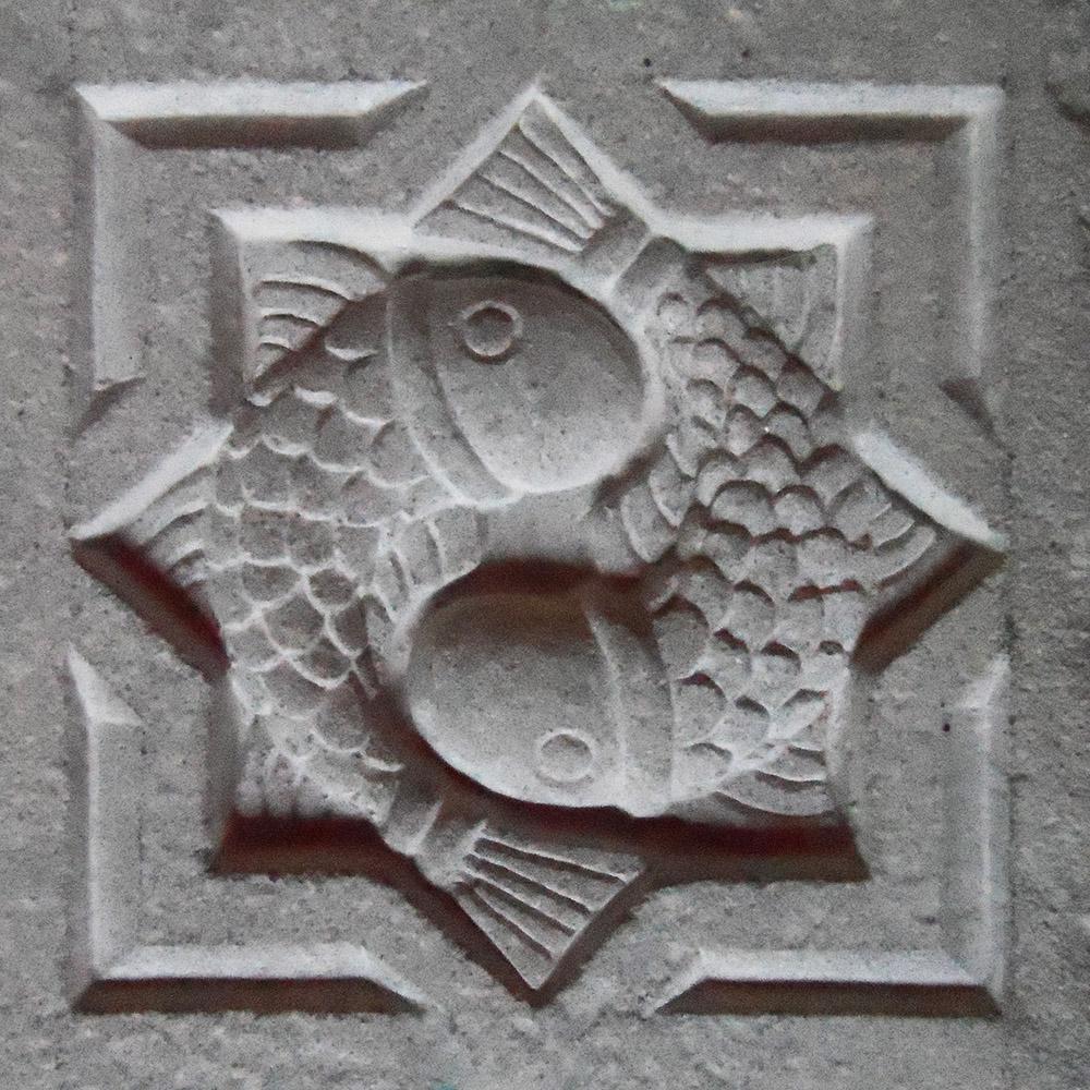 Poissons en pierre inspirés d'un motif arménien