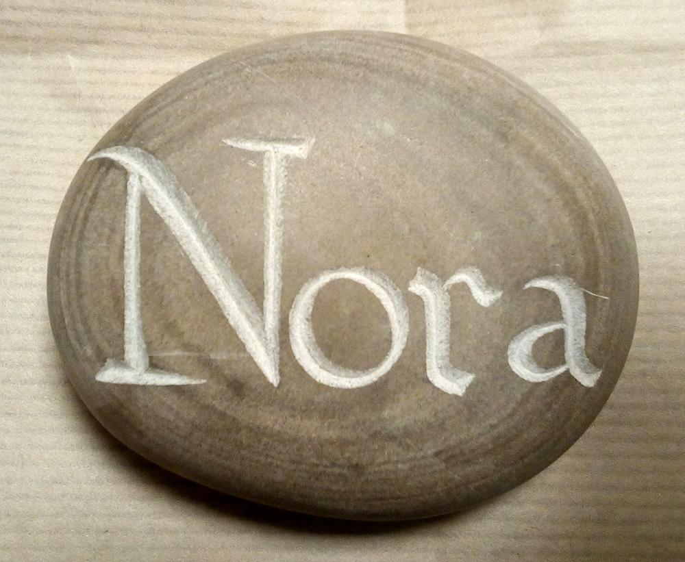 Prénom Nora gravé sur un galet adouci