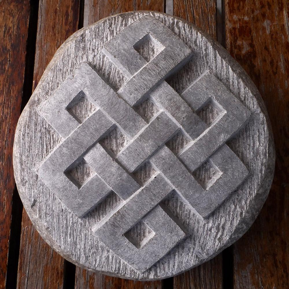 Nœud infini sculpté dans un galet