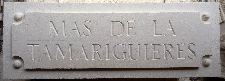 Gravure calcaire tendre typo romaine + taille avec effet pancarte